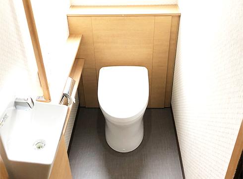 フルオート便器、自動水栓手洗い器、センサー付き換気扇、センサー付き照明が付属しています。
