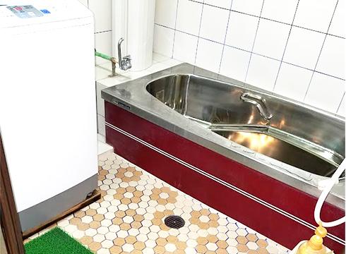 浴槽はステンレスで埋め込みタイプでした。