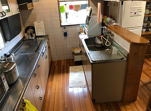 対面キッチンの吊戸棚が圧迫感をだしています。