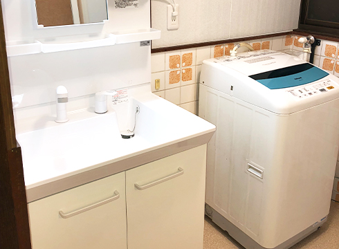 洗面化粧台と洗濯機の配置換えをして鏡を見やすくしました。